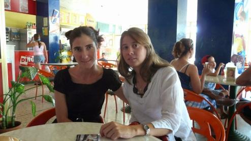 Micaela Hierro con Yoani Sánchez en una de sus visitas a Cuba.